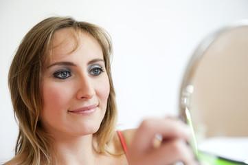 Maquillage : se regarder dans le miroir