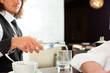 Barista mit Gast in seinem Cafe oder Coffeeshop