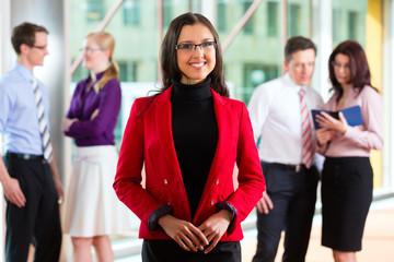 Business - Team oder Geschäftsleute in einem Büro