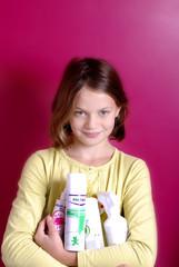 enfant tenant des ses bras des produits anti poux