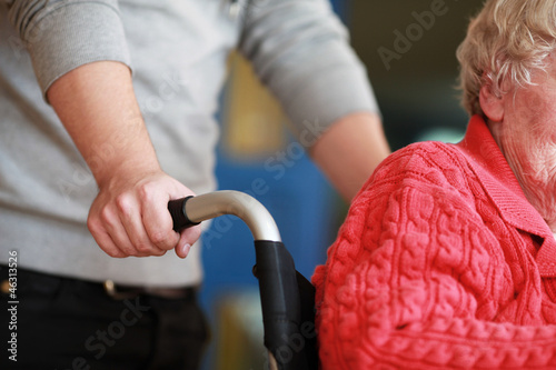Krankenpfleger mit Rollstuhlfahrerin