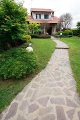 giardino e vialetto