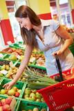 Frau kauft Obst im Supermarkt