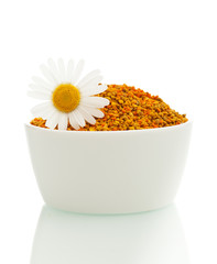 Pollen in a bowl with daisy