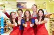 Supermarkt-Team hält Daumen hoch
