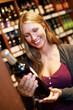 Frau mit Rowein im Supermarkt