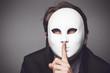 Mann mit der weißen Maske