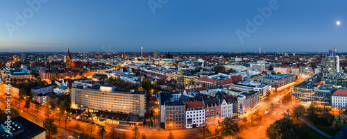 Leinwanddruck Bild Panorama Hannover zur blauen Stunde