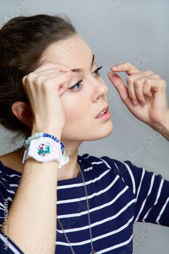 girl corrects make-up