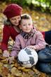 Oma und Enkel mit Fußball