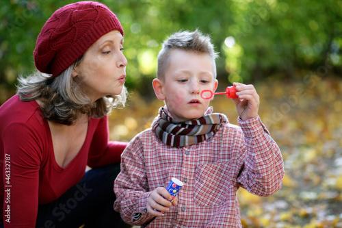 Oma und Enkel mit Seifenblasen