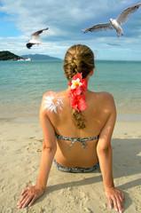Junge Frau entspannt am Strand: Sonne, Möwen, Meer