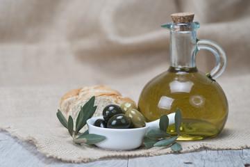 Olivas verdes con pan y aceite virgen extra para una dieta sana