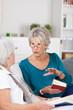 zwei seniorinnen unterhalten sich über bücher