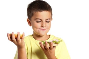 bambino guarda l'interno di un panino
