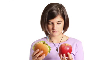 adolescente sceglie tra mela e panino