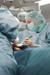 Chirurgin im OP