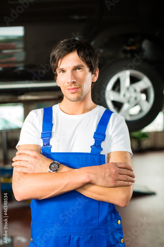 Automechaniker in seiner Werkstatt