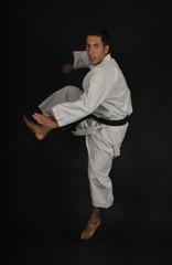 Salto y golpe en karate