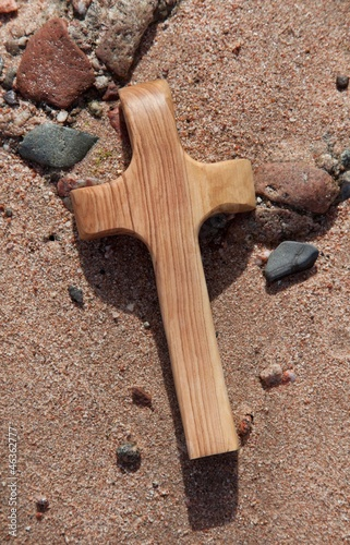 Ein Holzkreuz am Ufer