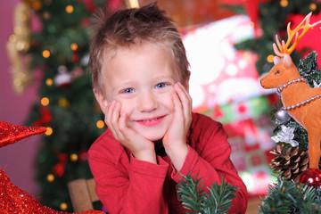 Kind freut sich auf Weihnachten