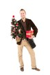Junger Mann beim Christmas Shopping