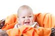 baby im korb mit oranger decke 3