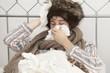 Kranker Mann mit Mütze im Bett