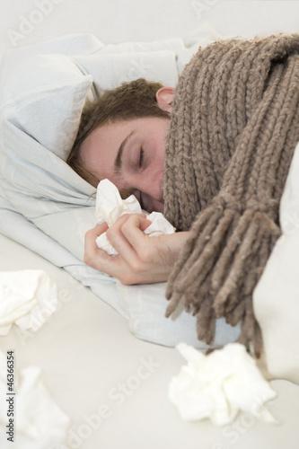 Kranker Mann im Bett beim schlafen