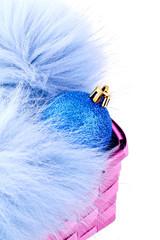 Weihnachtskugel auf blauem Pelz
