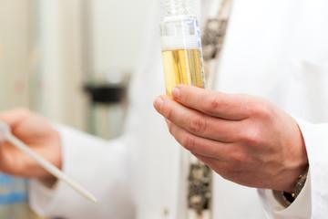Bier Braumeister in Lebensmittel Labor