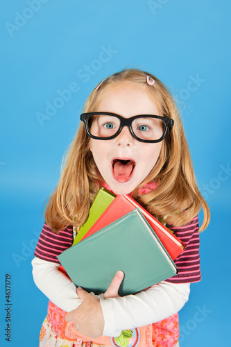 Mädchen mit Büchern, streckt die Zunge raus
