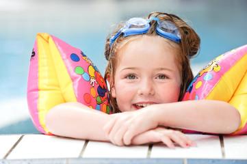 kleines Mädchen im Schwimmbad