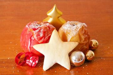 Bratäpfel und Weihnachtsplätzchen.