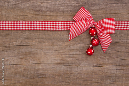 Weihnachtlicher Hintergrund aus Holz mit Kugeln