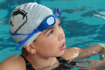 Mädchen mit Schwimmbrille