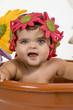 Bebé dentro de un macetero