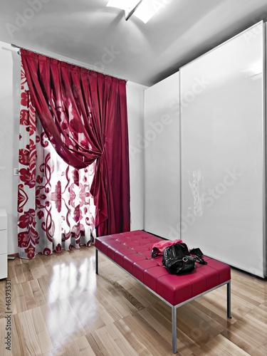 armadio laccato bianco e seduta di pelle rossa
