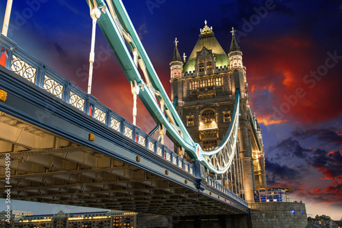 slawny-wierza-most-przy-noca-widziec-od-wierza-londyn