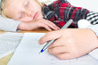 Mädchen schläft über geometrie ein