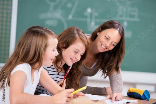 lehrerin erklärt schülern eine aufgabe