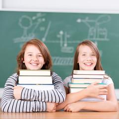 zwei schülerinnen stützt sich auf bücher