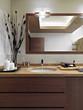 bagno moderno con piano di marmo