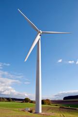 Winrad der Megawattklasse im Binnenland vor blauem Himmel