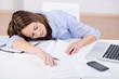 frau schläft am schreibtisch