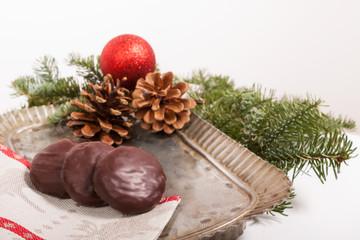 Schokoladenlebkuchen auf Teller mit Weihnachtsdekoration.Portrai