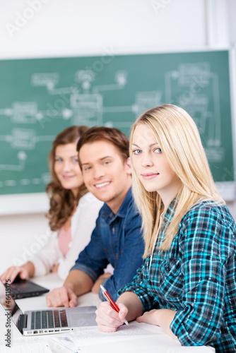 studenten mit laptops im unterricht