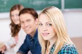 lächelnde studentin in der vorlesung