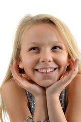Portrait de fillette blonde souriante