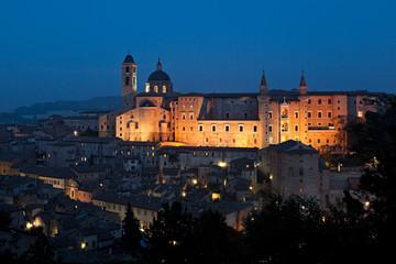 Urbino, il Palazzo Ducale ed il Duomo al crepuscolo
